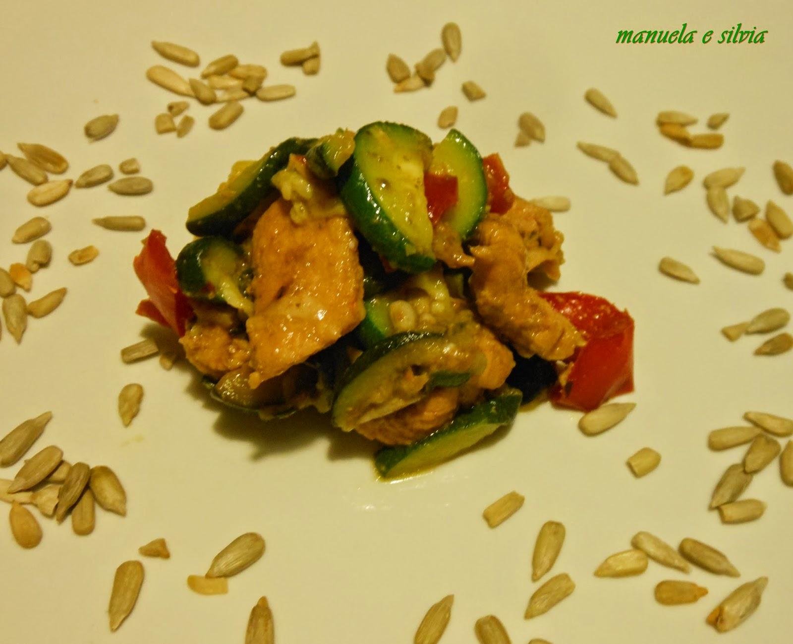 insalata di pollo e peperoni con rondelle di zucchine, profumata con spezie tandori, pesto di basilico e lemon pepper