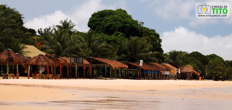 Bares da praia do Vai-Quem-Quer, na ilha de Cotijuba, no Pará
