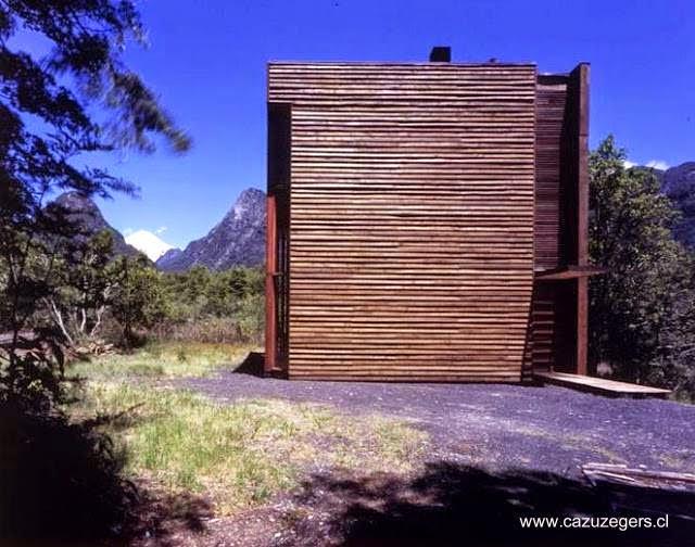 Cabaña cúbica de madera estilo Contemporáneo en Chile