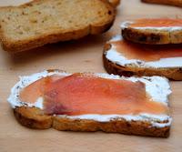 http://www.asopaipas.com/2013/11/tostadas-de-queso-crema-y-salmon-ahumado.html