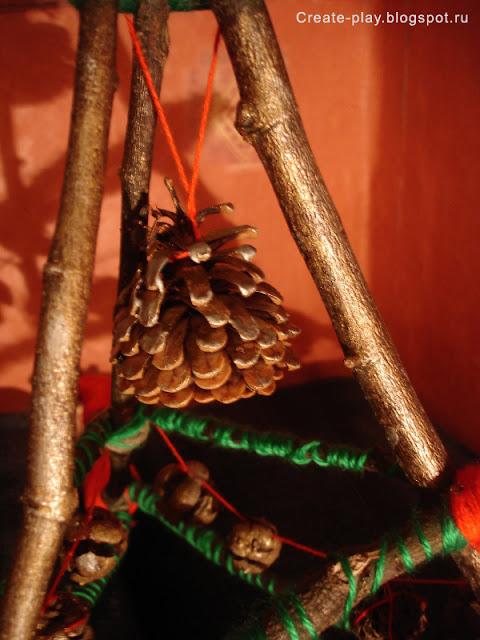 Эко-ёлка с гирляндой из шишек