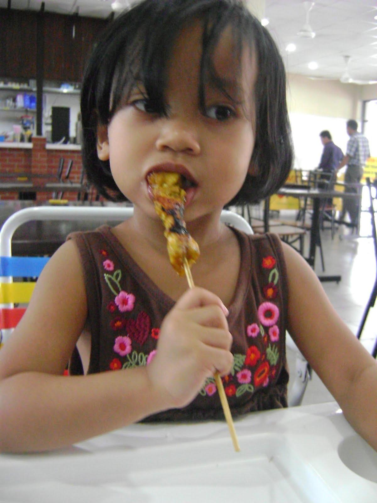 Anak-anak saya memang suka makan sate.