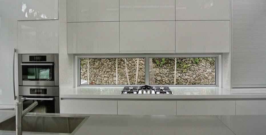 Bajo la ventana un lugar poco habitual para cocinar cocinas con estilo - Ventana con persiana integrada ...