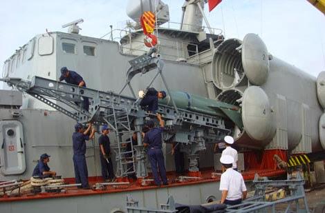 Nạp đạn tên lửa P-21/22 trên tàu hộ tống tên lửa Project 1241RE.