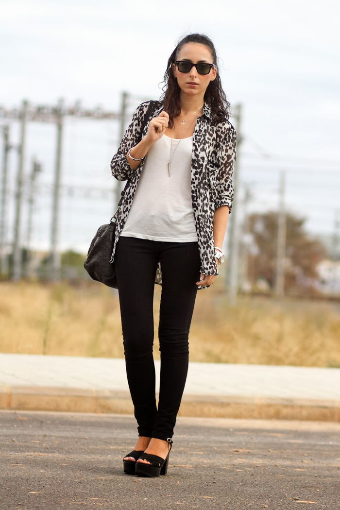 Look con Camisa de estampado de leopardo y jeans en blanco y negro