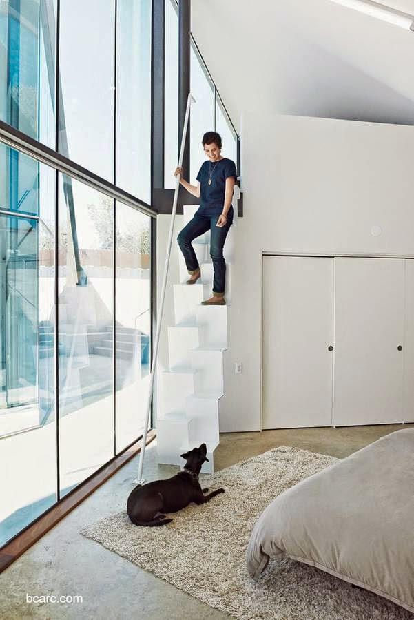 escalera interior minimalista de escalones alternados