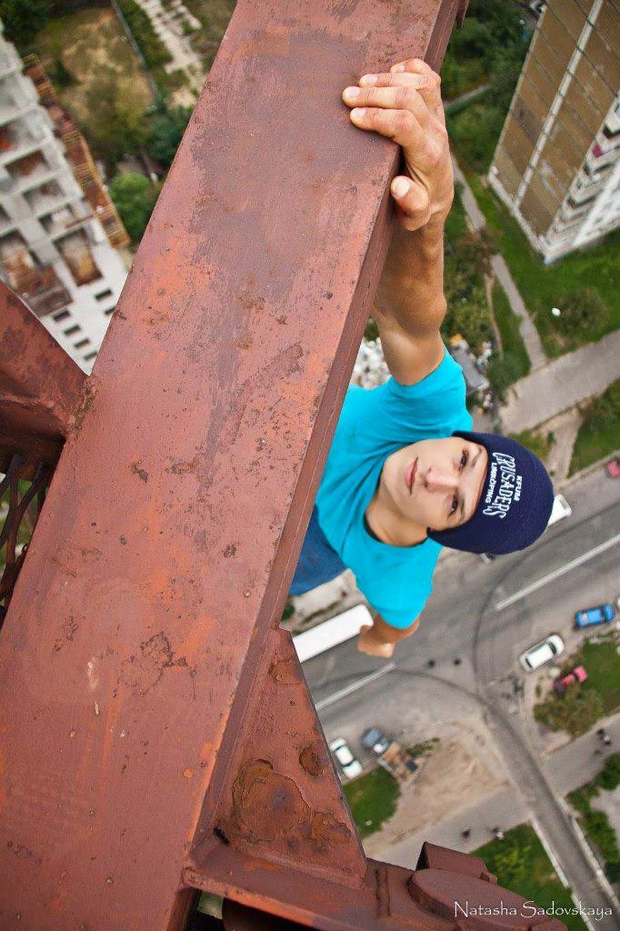 [Image: ukrainian-daredevil-hangs-from-buildings...ted-11.jpg]