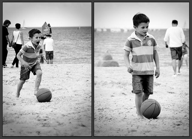 chłopiec piłka plaża