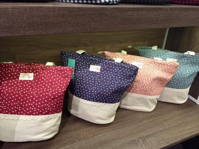 También, tenemos mochilas de tela para el cole o cualquier actividad extraescolar para los peques! Están hechas de 100% algodón y son lavables!