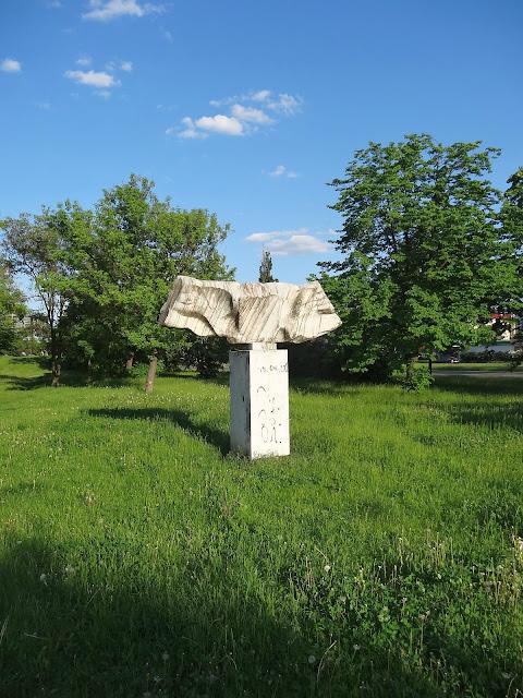 Rzeźby na osiedlu Ostrobramska. Twardziel?