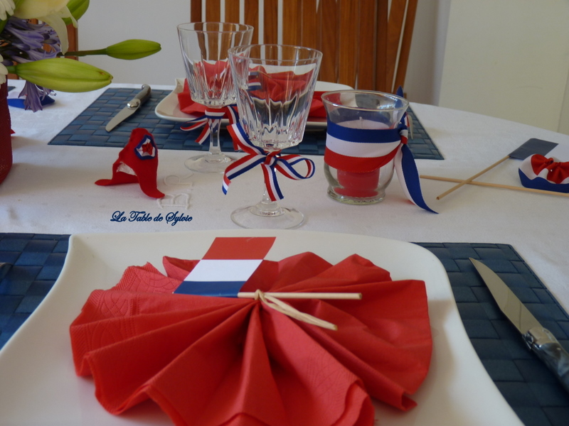 la table de sylvie bleu blanc rouge. Black Bedroom Furniture Sets. Home Design Ideas