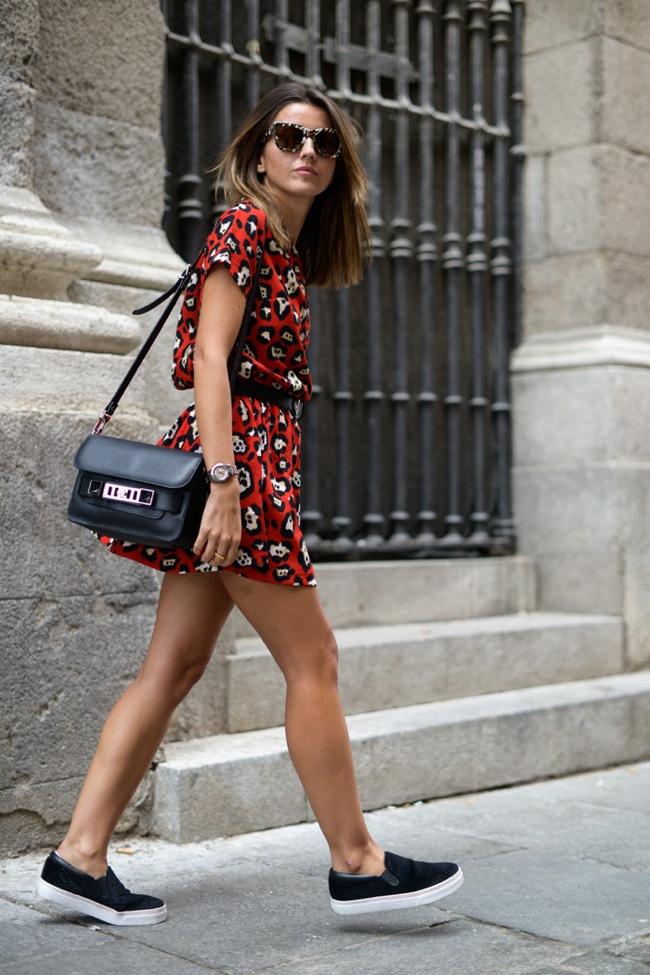 AGREGA ACCESORIOS Y COMPLEMENTOS Dale ese toque de feminidad a tu LOOK incorporando accesorios como collares, gafas de sol, sombreros o un bolso tipo