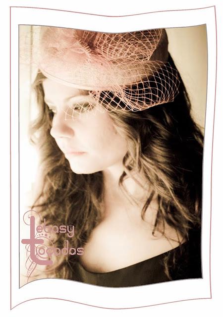 Modelo luciendo casquete de Lebasy Tocados en tonos nude rosado.