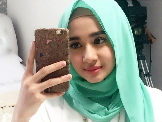 model berhijab cantik ala artis laudya chintya bella