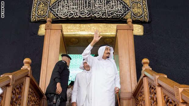 شاهد تكبيرات ودعاء زوار المسجد الحرام للملك سلمان أثناء طوافه حول الكعبة