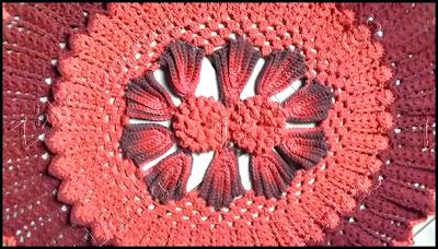 Tapete de crochê em duas cores com flor de pétalas em relevo