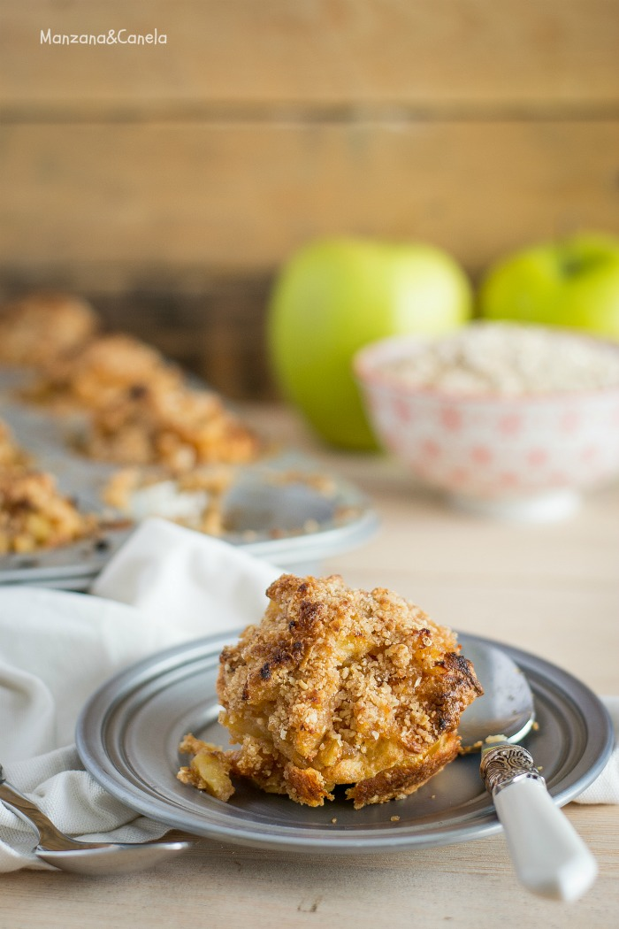 Pasteles de tortitas con manzana y crumble de avena