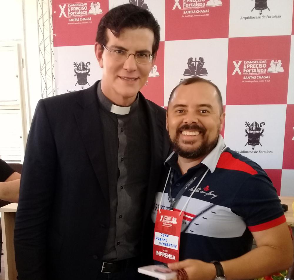 Recebendo a benção do Padre Reginaldo Manzotti