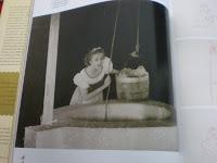 modelo realizando los movimientos de Blancanieves