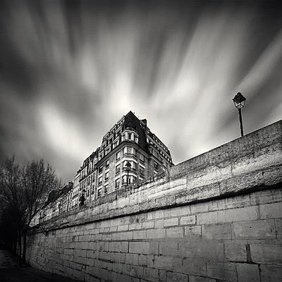foto en la ciudad en blanco y negro