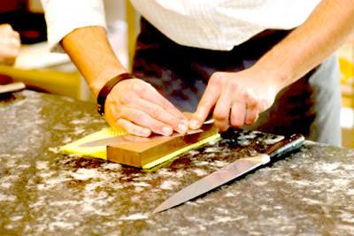 cocinero afilando el cuchillo