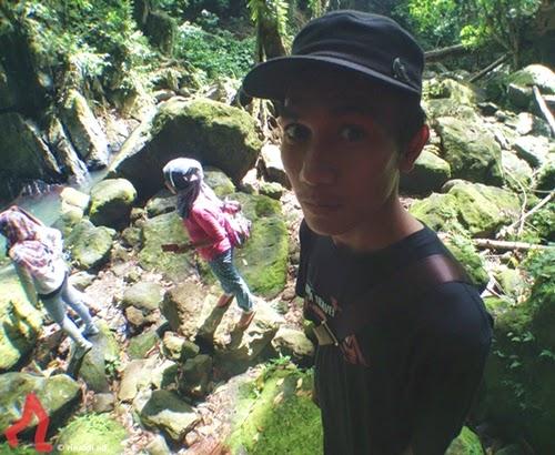 selfie-di-air-terjun-pria-laot