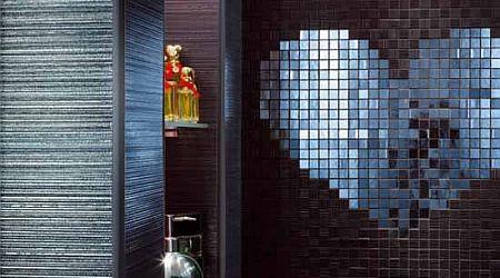 Lantai Dan Dinding Kamar Mandi Ini Berlapis Keramik Mozaik Kamar