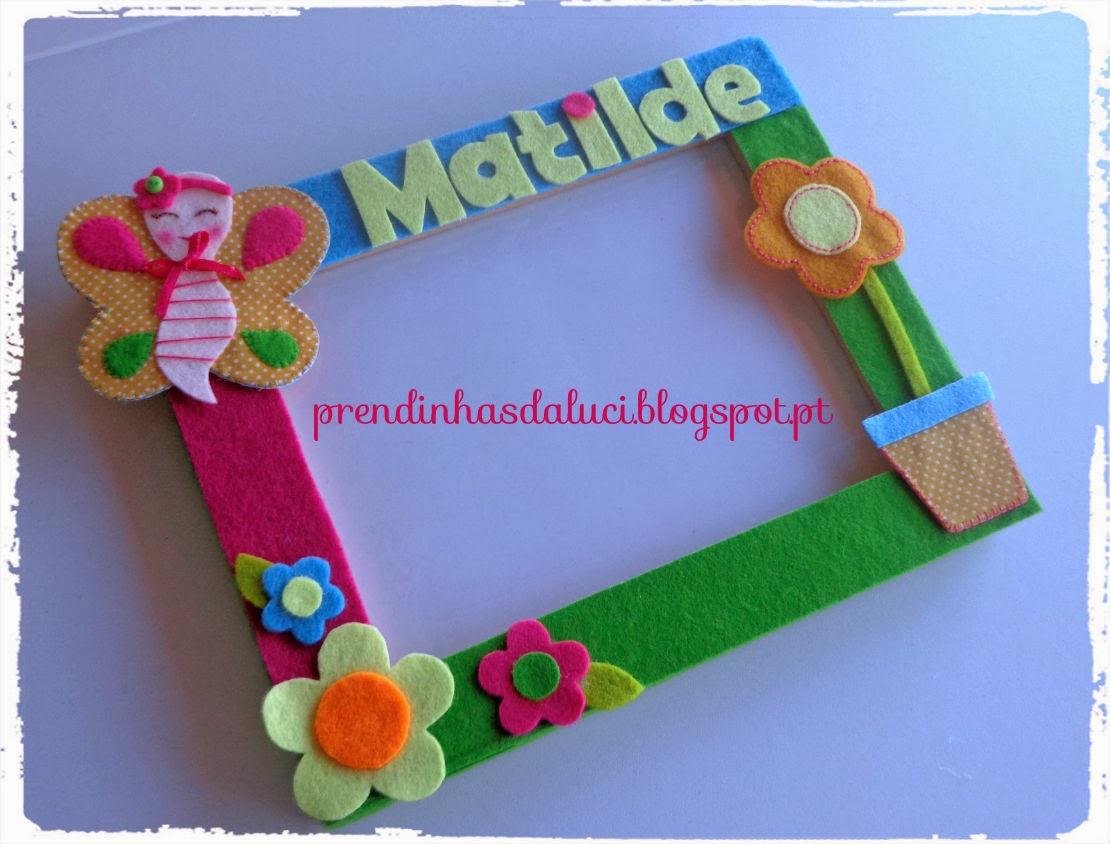 moldura em feltro com borboleta e flores coloridas para criança