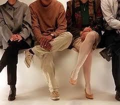 لا تكثروا من وضيعة وضع الساق على الأخرى وخاصة لمن عندهم دوالى  هل تعرفوا لماذا؟؟