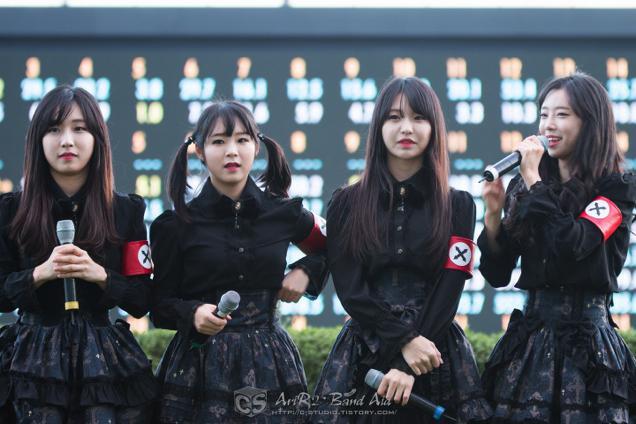 Pritz es un grupo surcoreano de pop-metal con un vestuario similar al uniforme nazi