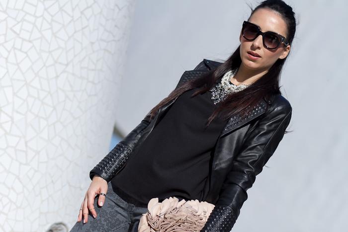 Blogger de Moda Valenciana con collar de perlas y cristales de Zara y chaqueta perfecto de cuero con tachuelas
