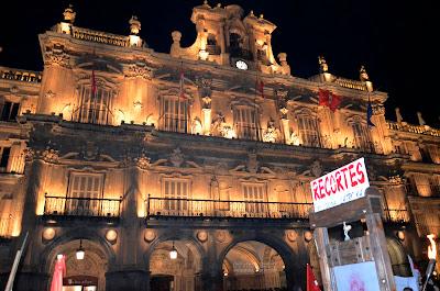 fachada plaza mayor de Salamanca con cartel de recortes