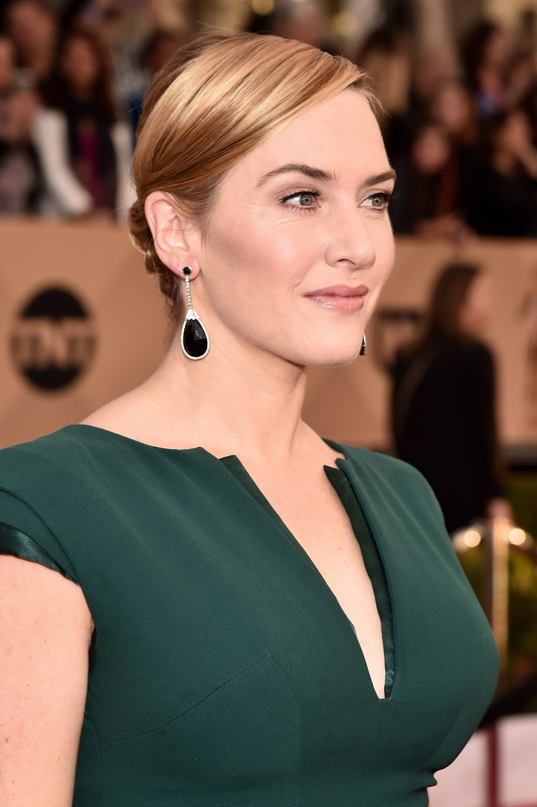 Kate Winslet in a curve hugging gown at the 2016 SAG Awards Kate Winslet