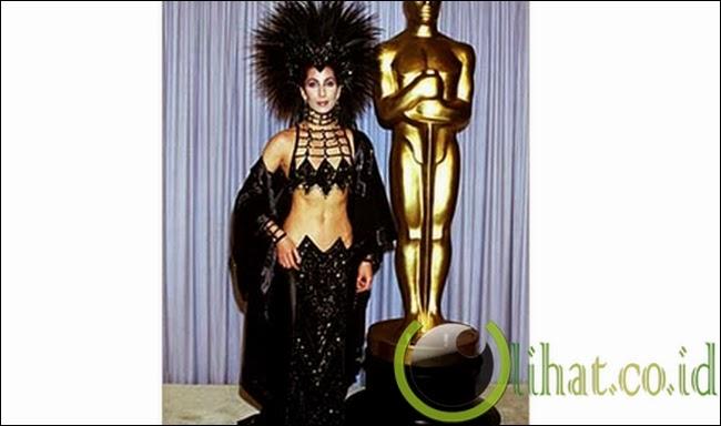 """Gaun """"Ratu Waria"""" Milik Cher"""