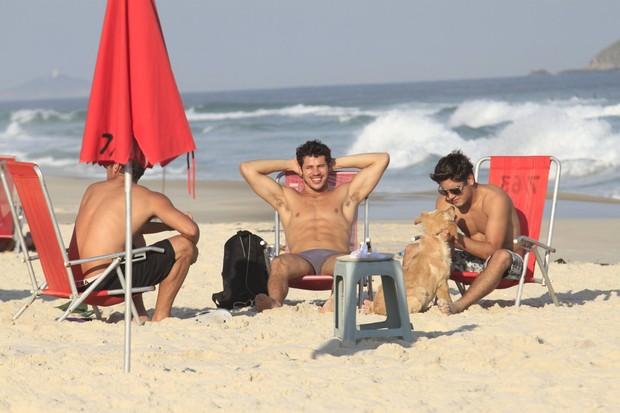 Daniel Rocha, José Loreto e Bruno Gissoni e a cadela Decky
