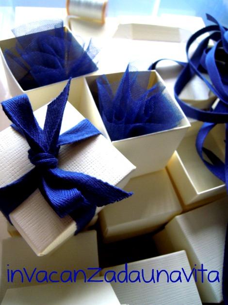 scatoline bianche e tulle blu bomboniere