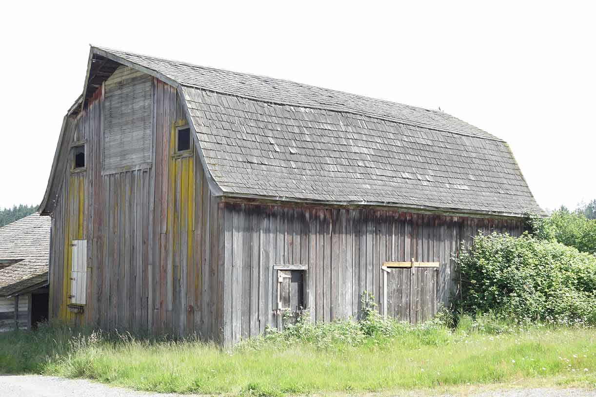 Lloyd s blog two gambrel roof barns south of puyallup for Gambrel roof barn kits