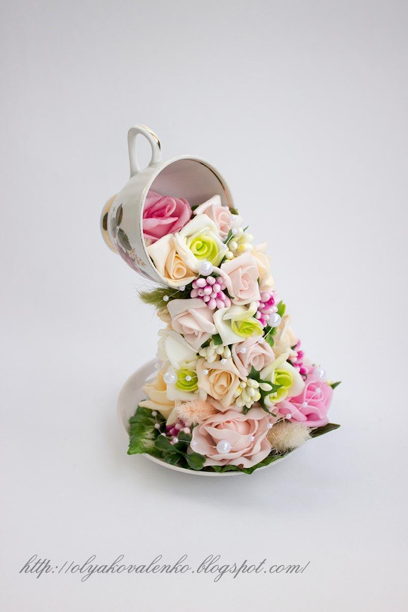 Цветы в чашках и ведрах