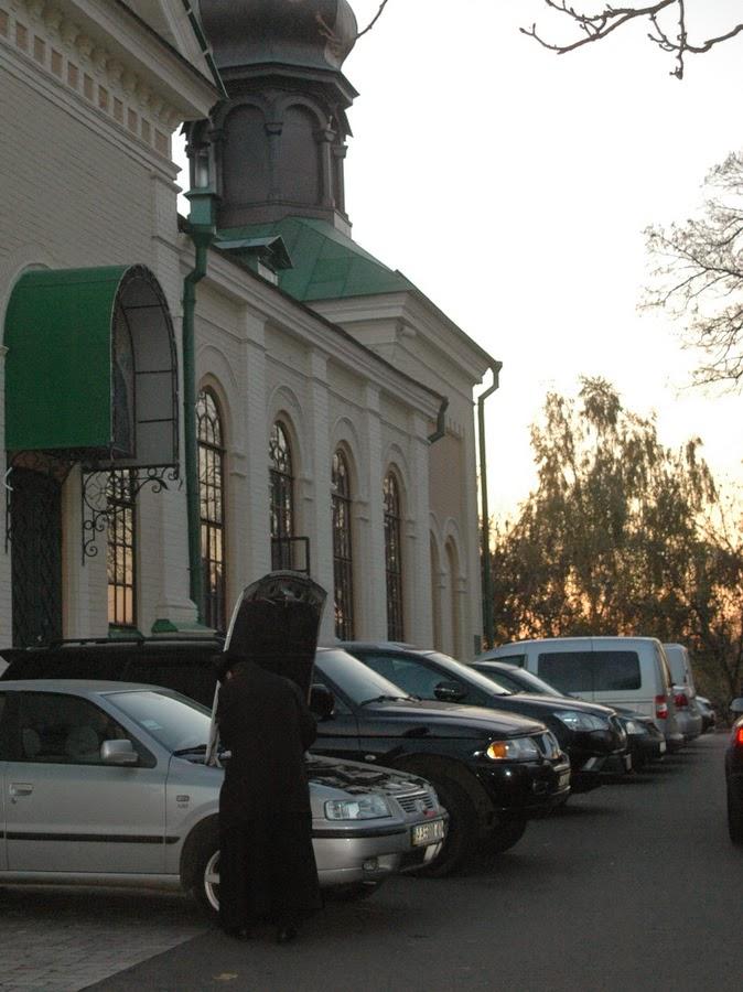 автостоянка, Свято-Троицкий Ионинский монастырь