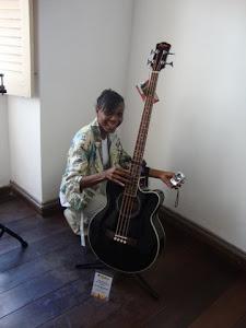 Eveline Santana com violão  da  Foxtrot