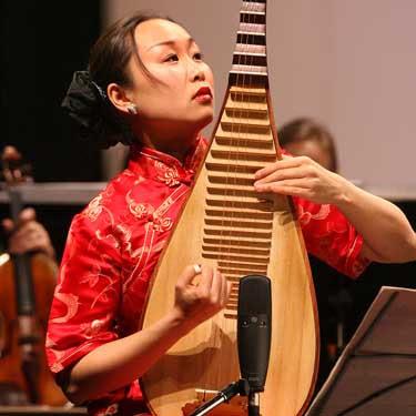 Liu Fang toca numa pipa