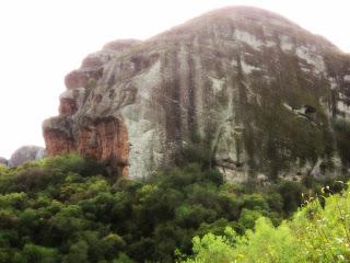 Imagem semelhante a cabeças de gorilas, na Pedra do Segredo, em Caçapava do Sul.