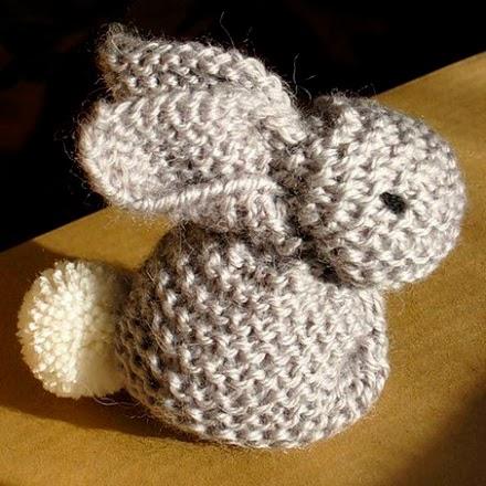 Aussi mignon que simple le petit lapin tricot au point - Ou trouver de la mousse pour faire des coussins ...