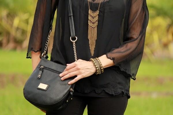 http://outfitdeldia.blogspot.com/2014/08/look-en-negro-con-accesorios-dorados.html