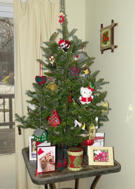 Table-Top Christmas Tree a Perfect Solution for Cat Lovers