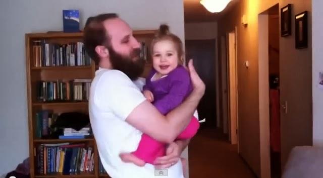 La tierna reacción de una bebé tras ver a su papá sin barba? (video gracioso)