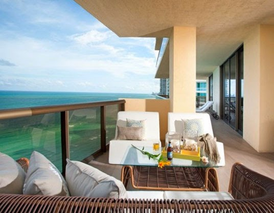 teras balkon menghadap laut