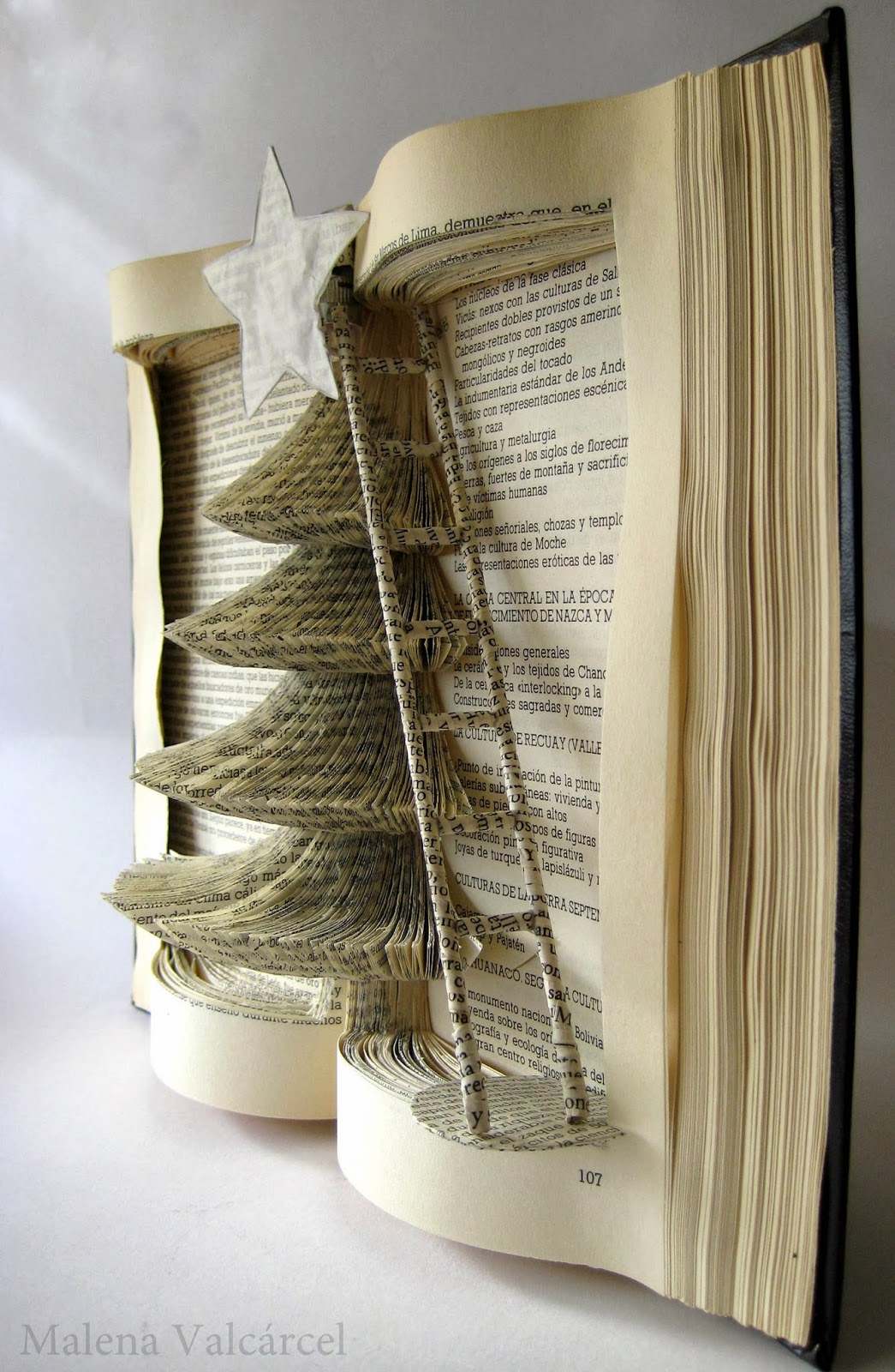Malena valc rcel original art libro intervenido arbol for Christmas tree made from old books