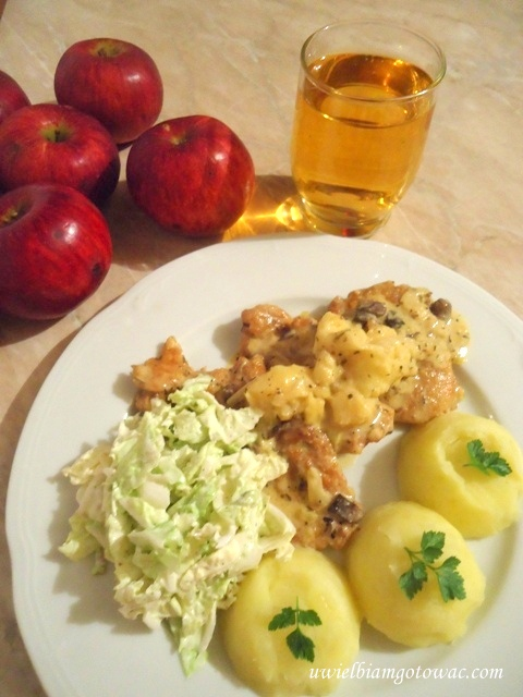 Polędwiczki wieprzowe z jabłkiem w sosie szałwiowym