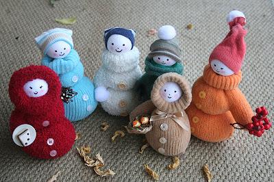 Seis muñecos creados con guantes de lanta y calcetines